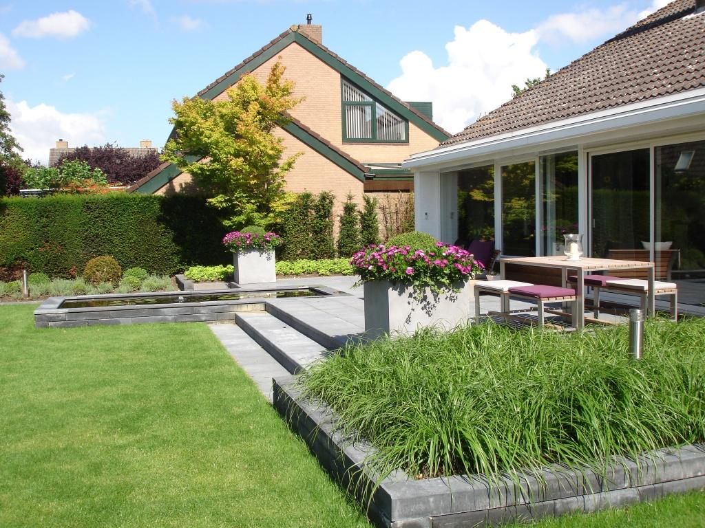Stijlvolle tuin met vijver Willemstad